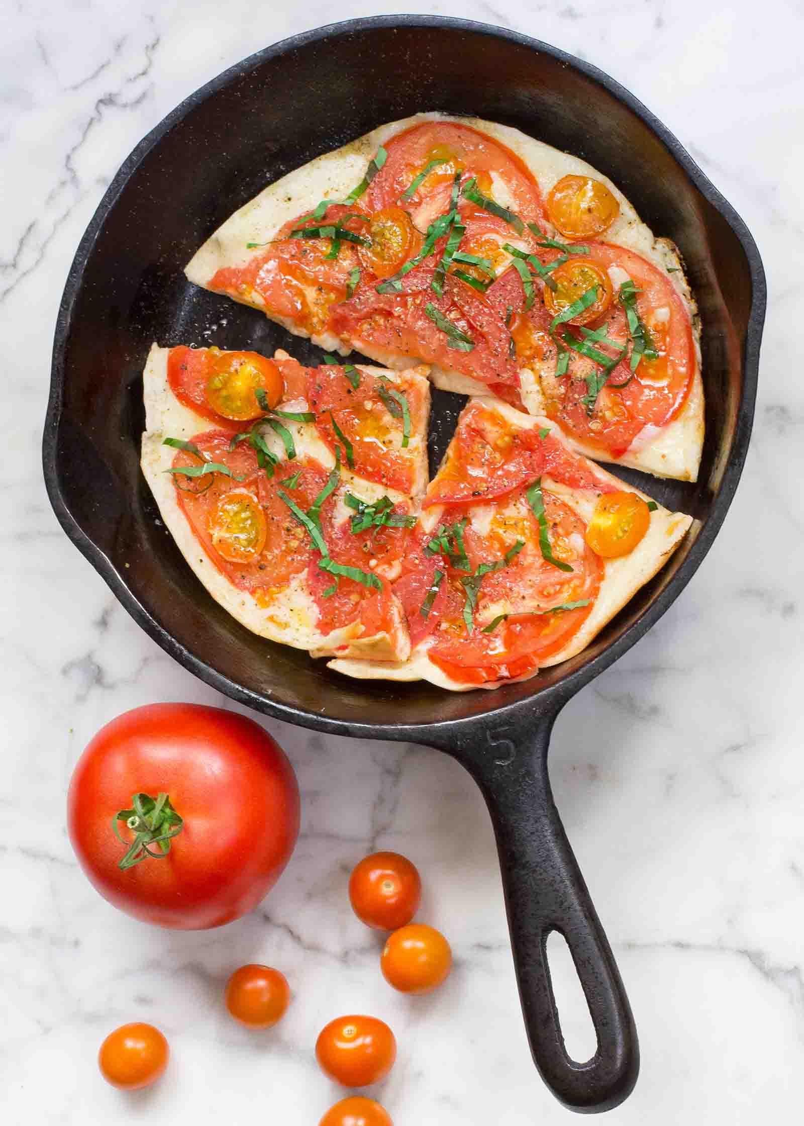Frigideira De Pizzas De Mussarela E Tomate
