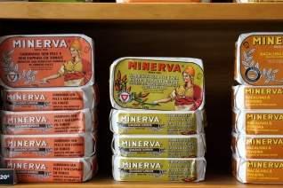 ¡Si podemos! Una exploración de la obsesión española con los alimentos enlatados.