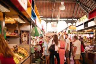 Si quieres hacer muchas compras, L'Eixample es el lugar donde alojarse en Valencia.