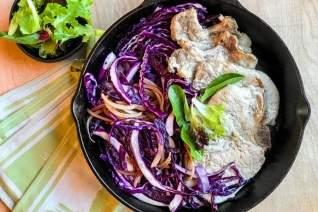 Ensalada mexicana de fajita de filete con aderezo y cilantro