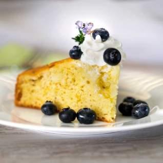Tarta de crumble de pan dulce de ruibarbo con servidor de tarta