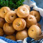 Súper fácil de hacer, no hay levadura involucrada y son GF para mis amigos que no pueden hacer trigo. Estos rollitos de pan de queso brasileño son mi nueva adicción. ¡Tan sabroso! ¡Keviniscooking! com