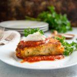 Ziti al horno con costra de queso - Este ziti clásico al horno con salsa boloñesa tiene un sartén extra de queso frito en cada lado para una mayor calidad de queso. keviniscooking.com