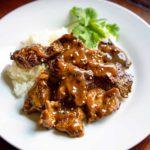 Este sofrito de ternera al curry fríe el filete de flanco en vinagre de arroz y el curry en polvo y luego se quema y carameliza para obtener bordes crujientes en una maravillosa salsa aromática. keviniscooking.com
