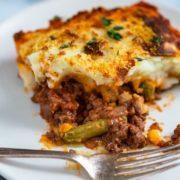 Easy Cottage Pie tiene carne molida cocida a fuego lento con cebolla, ajo, tomillo en un sabroso vino tinto y tomate que está cubierto con verduras y luego puré de papas