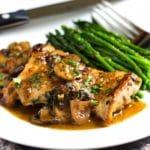 Este Quick Pan Seared Chicken está asfixiado en una deliciosa salsa de limón con forma de seta y en la mesa en 30 minutos. Lo sirvo con verduras al vapor y ¡es muy bueno! A la familia le encanta. www .keviniscooking.com