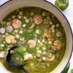 Este posole verde de camarón comienza con una sopa tradicional mexicana que se come como un guiso, e incluye carne de cerdo con camarones, chiles y sustitutos del cerdo. ¡Qué bueno!