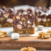 Las rubias son básicamente un brownie sin el cacao en la masa. Cocidas en un marrón dorado, están cargadas con nueces y cubiertas con dulces Rocky Road