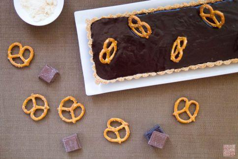 tarta de chocolate con leche malteada pretzel en dessertfirstgirl.com