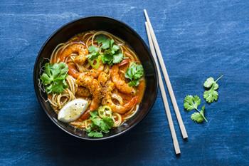 Sopa de fideos asiática con curry de coco y camarones | 31Daily.com