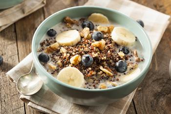 Quinua desayuno saludable con arándanos y plátanos   31Daily.com