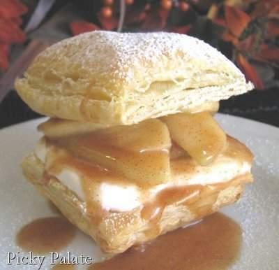 Cerca de trozo de dulce de nuez de mantequilla con mordida sacado