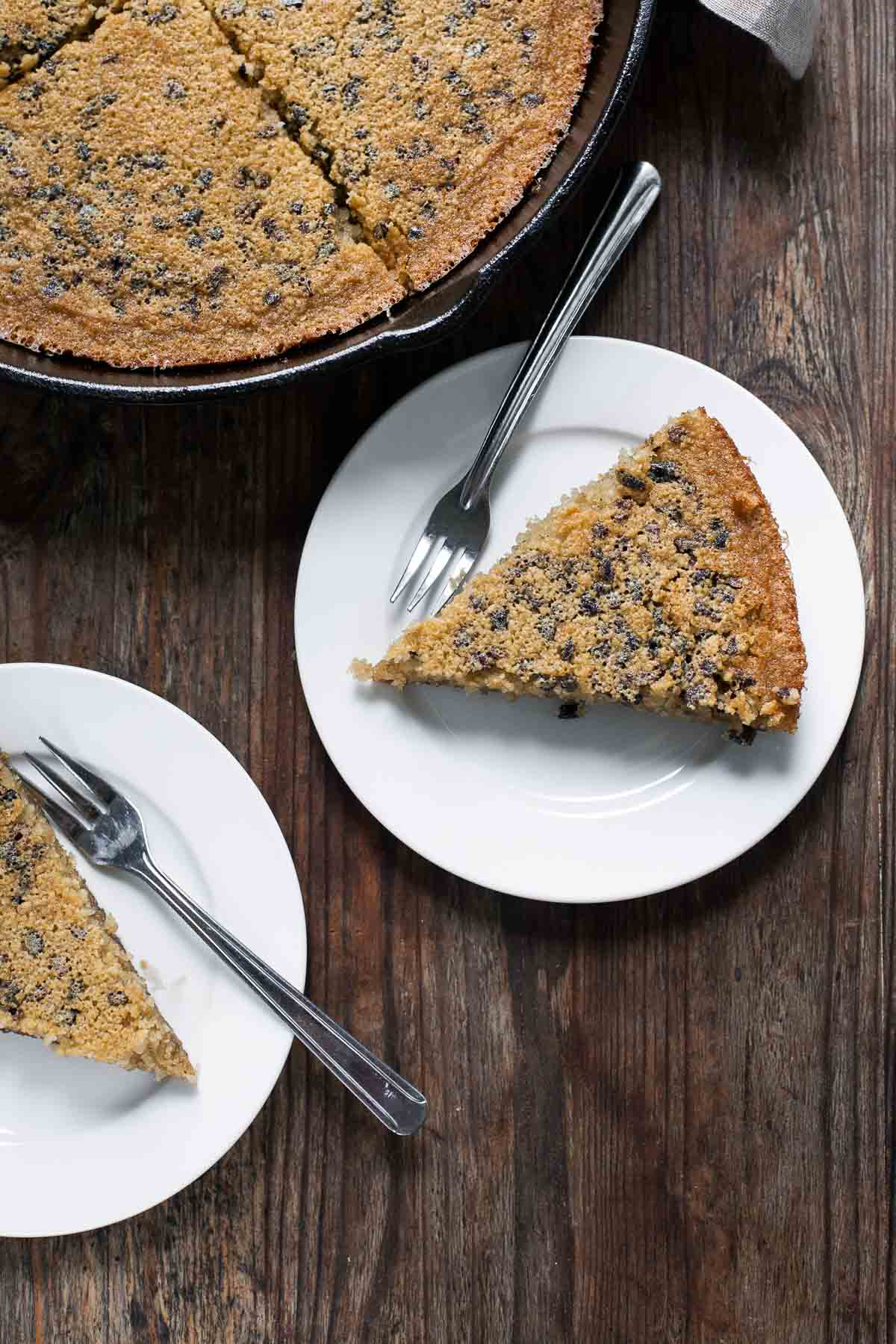 Sartén Brown Butter Cacao Nib Skillet Cake (sin gluten, sin grano) | acalculatedwhisk.com
