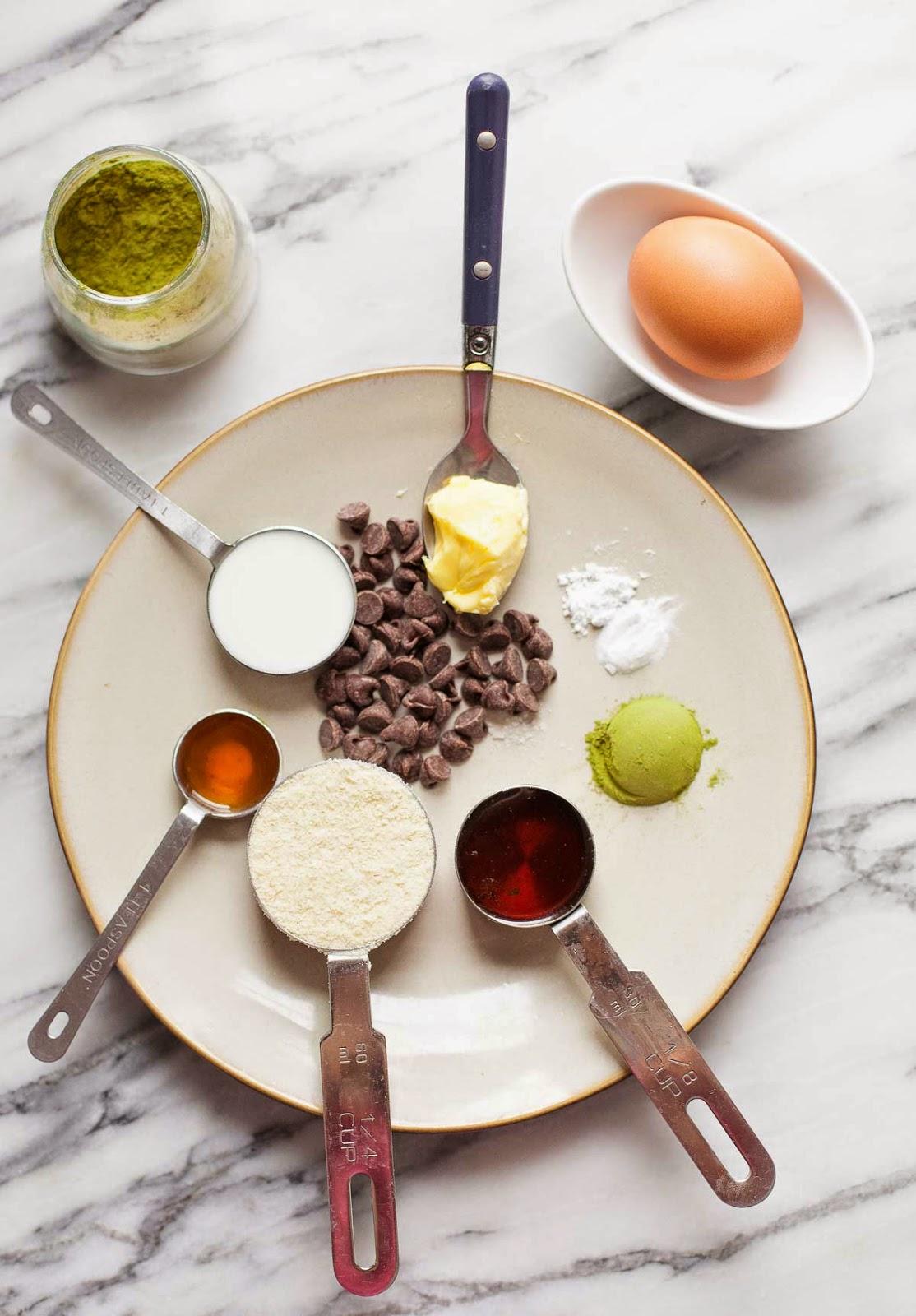 Ingredientes para Matcha Mug Cake (Paleo, sin gluten) | acalculatedwhisk.com