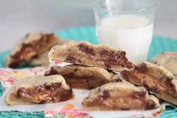 Sandwiches de galletas con chispas de chocolate y barra de caramelo