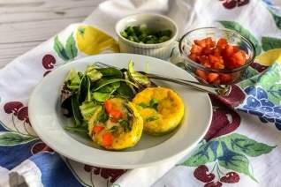 Preparar con anticipación mini frittatas de preparación de comidas en moldes para muffins