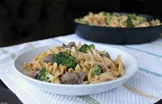 Extremidades cremosas de la carne de vaca y sartén del bróculi
