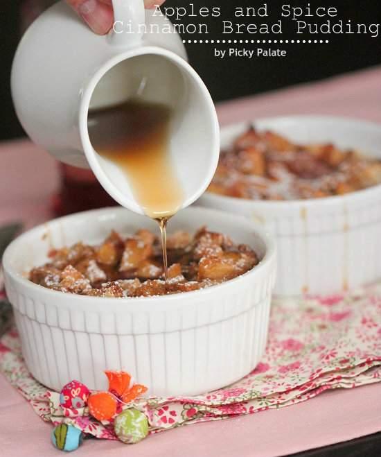 una olla de pollo asado con manzanas y repollo marrón