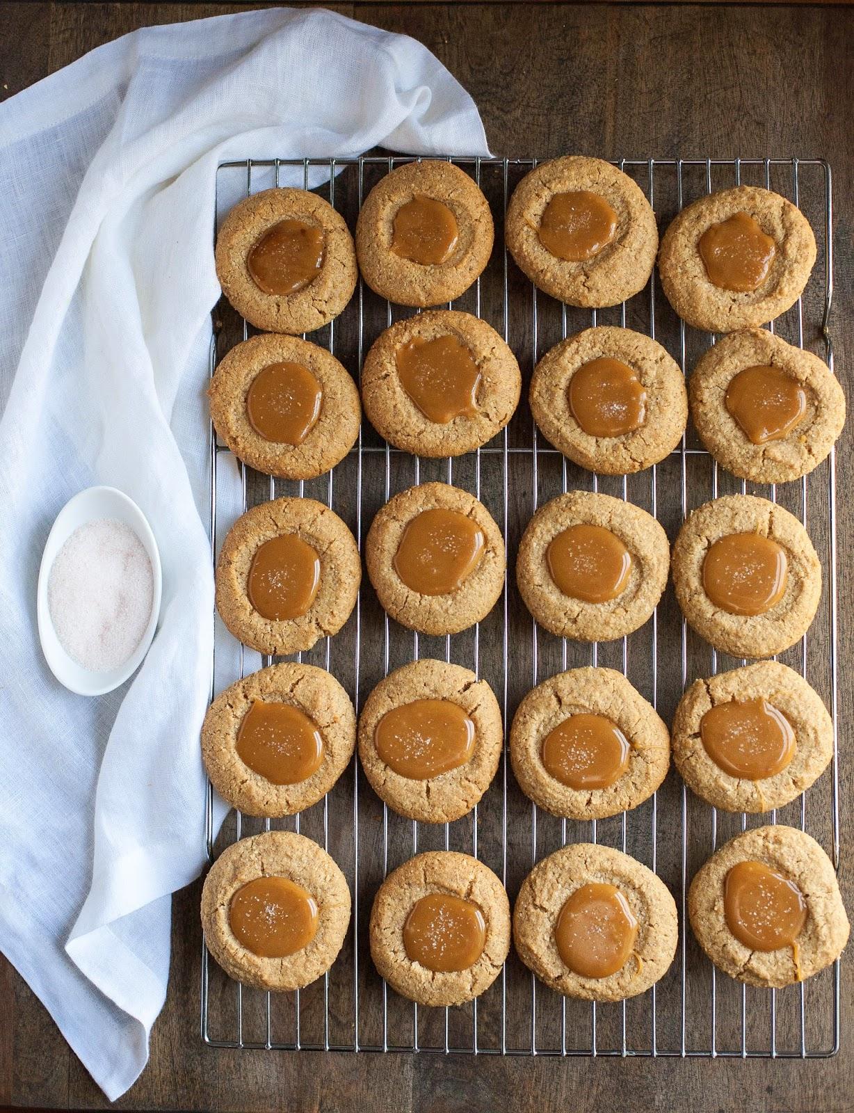 Huellas digitales de mantequilla de almendras con caramelo salado (sin gluten, sin granos) | acalculatedwhisk.com