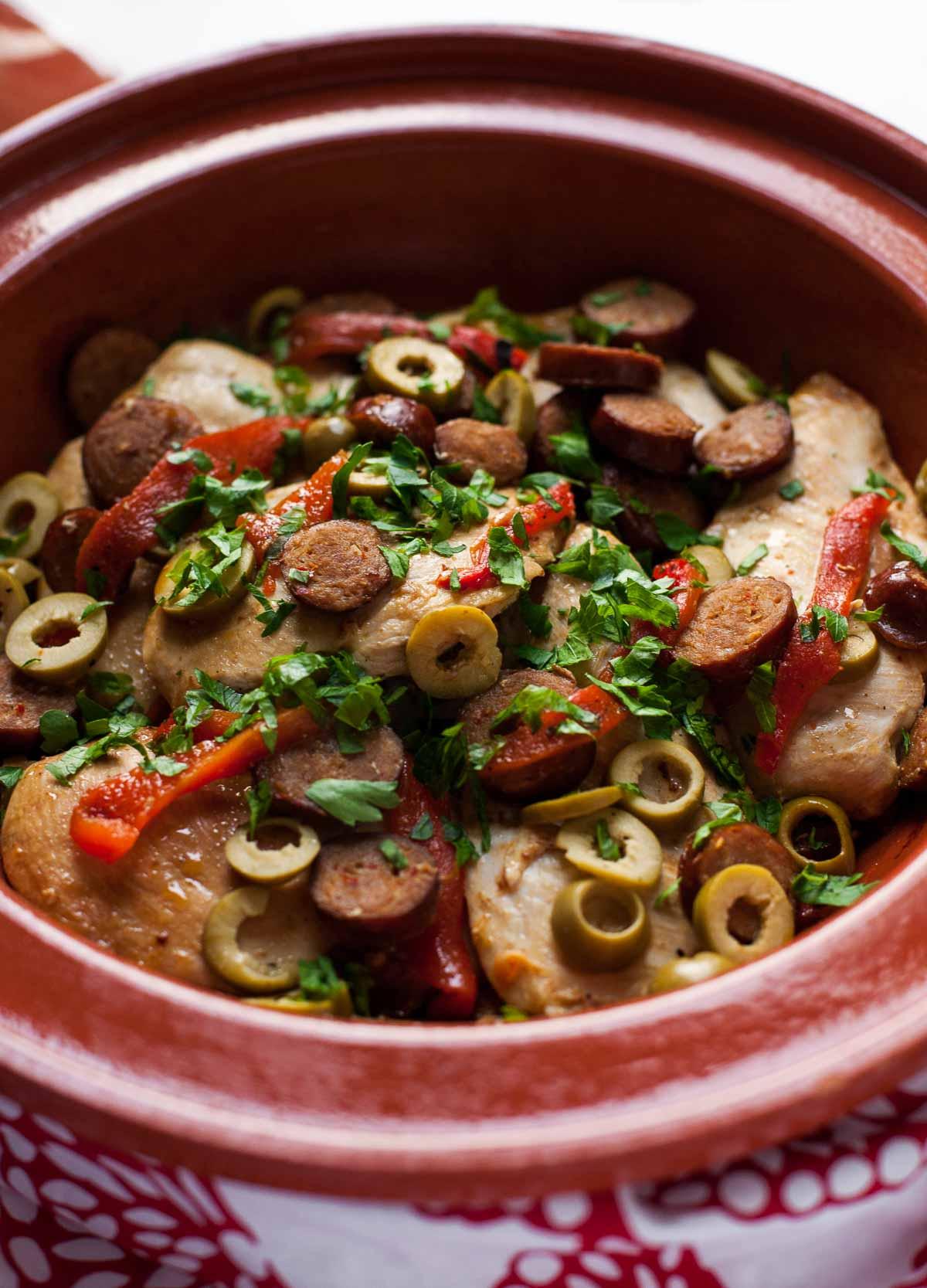 Pollo al Chorizo con Aceitunas y Pimientos Asados + Arroz Amarillo | acalculatedwhisk.com ¡Una cena paleo sencilla y sabrosa!