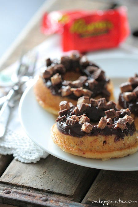 Taza de mantequilla de cacahuate Reeses al horno con suero de leche Donuts
