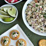 Ensalada de pollo verde de Chile en galletas con ingredientes opcionales: rábano en rodajas, gajos de lima, cilantro picado