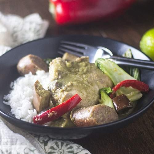 Guiso de pollo y salchicha verde al curry