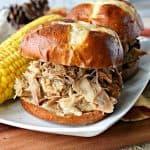 Sándwiches de carne de cerdo tirados por la olla de cocción lenta de la reunión familiar - kudoskitchenbyrenee.com