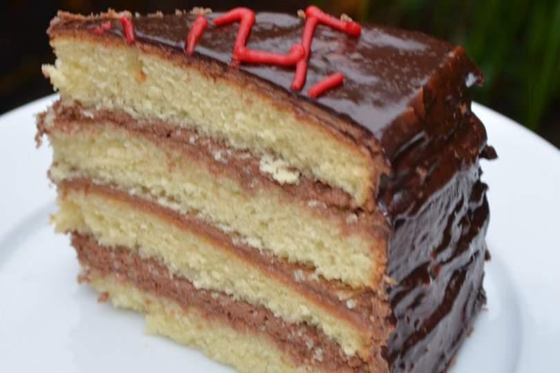 Tarta de vainilla sin gluten con glaseado de crema de mantequilla con chocolate y ganache