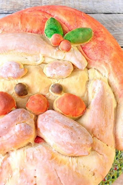 ¡Ho! ¡Ho! ¡Ho! Este delicioso Pan de Papá Noel en forma de miel con encanto es tan caprichoso como delicioso. Con mis instrucciones paso a paso fáciles de seguir, estará en su mesa de vacaciones en poco tiempo. - kudoskitchenbyrenee.com