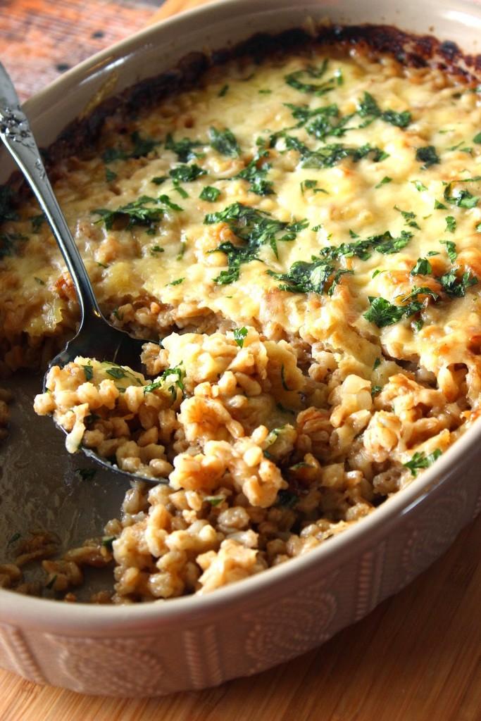 Farro and Onion Casserole es un alimento rico y delicioso.