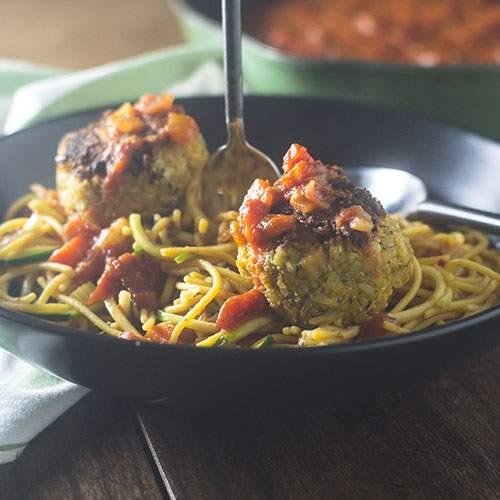 Albóndigas veganas sobre pasta sin gluten Marinara