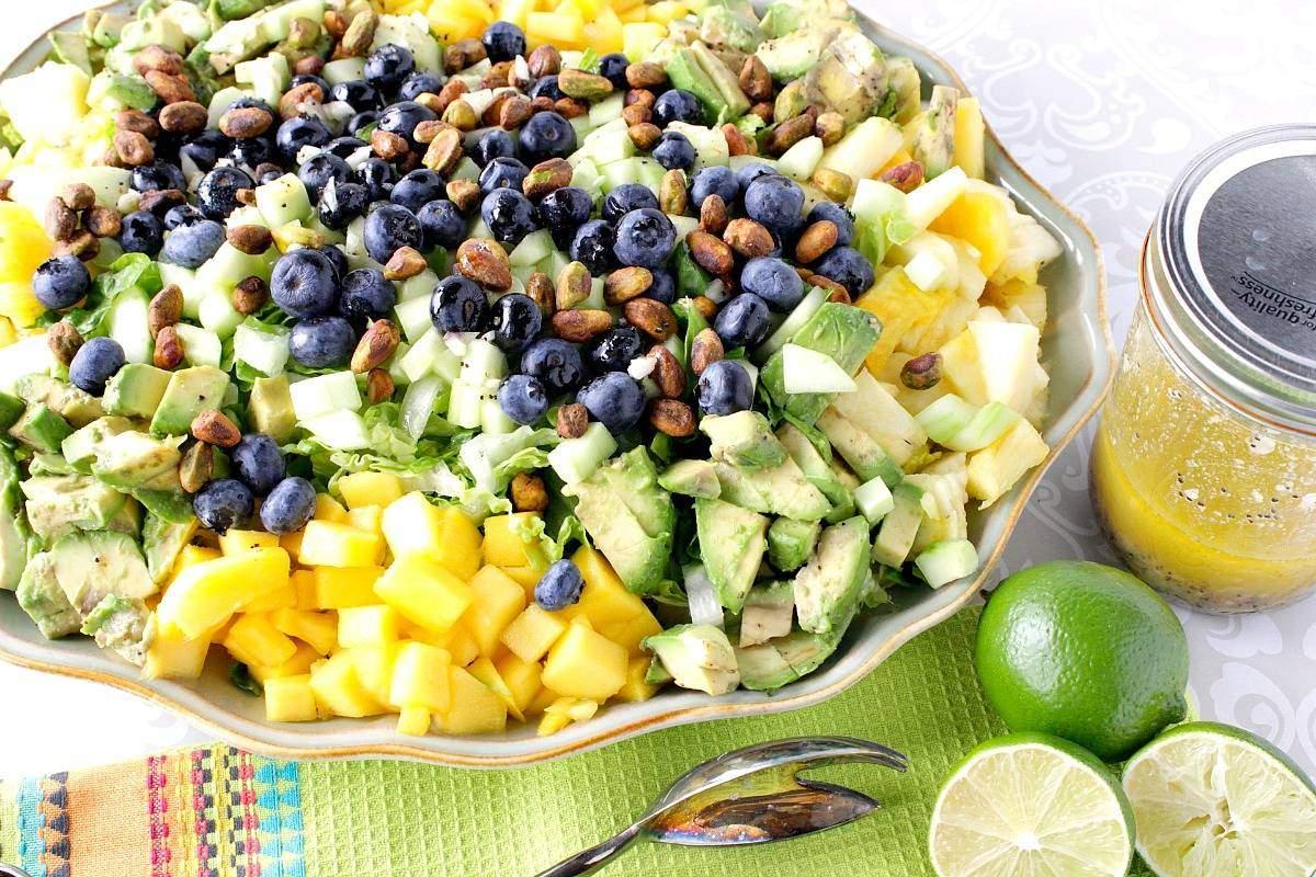 Ensalada de mango de aguacate saludable para el corazón con vinagreta de semilla de amapola y limón