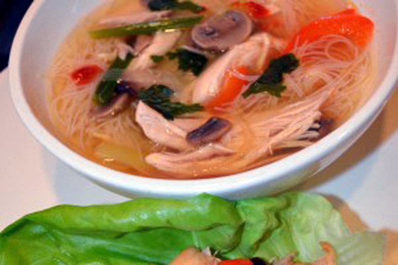 Ensaladas de pollo, sopa y lechuga de pollo asiáticas sin gluten