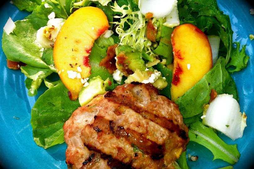 Peachy Turkey Burger sobre verduras mixtas con endivias, tocino, aguacate y gorgonzola