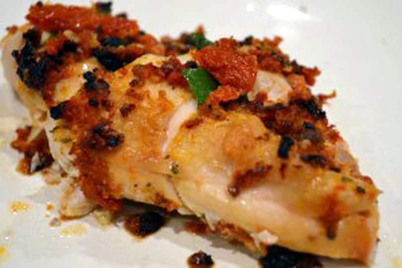 Pechuga De Pollo Al Horno Con Tomate Secado Al Sol, Albahaca Y Pesto De Ajo