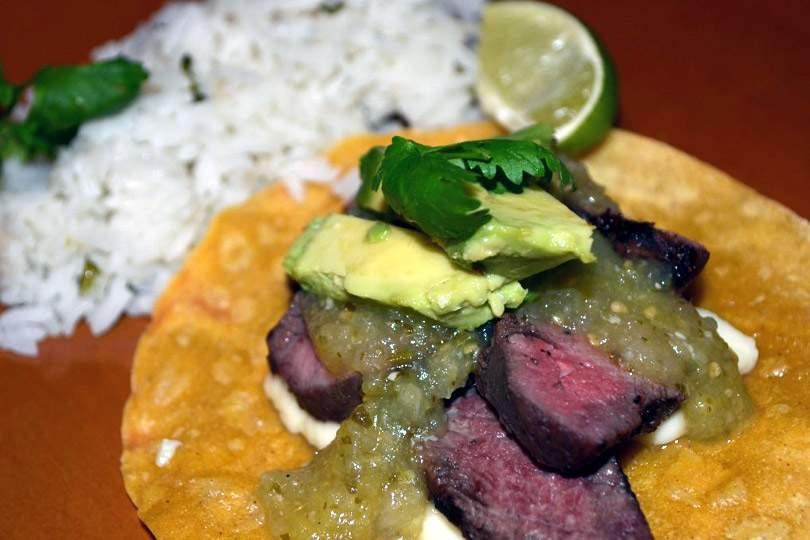 Tacos De Filete A La Parrilla Con Salsa De Tomatillo Y Arroz Con Cilantro