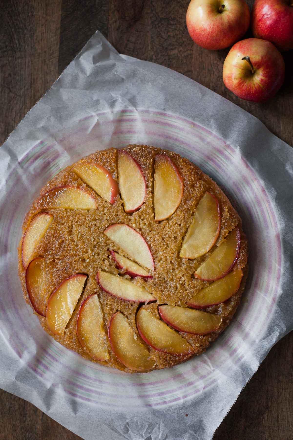 Torta al revés de miel de manzana (sin lácteos, paleo) | acalculatedwhisk.com