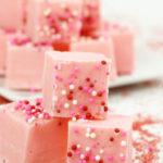 Pink Lemonade Fudge es el regalo perfecto para compartir este Día de San Valentín. Es increíblemente fácil de preparar y ofrece un sabor único pero delicioso que hará las delicias de las papilas gustativas.