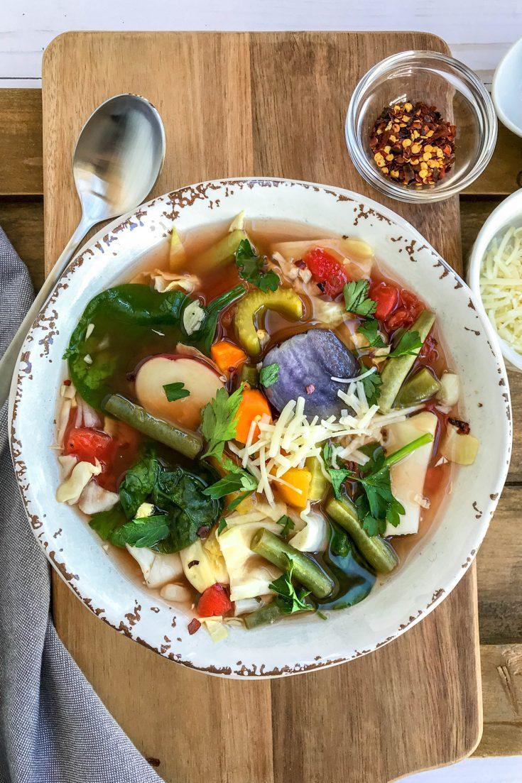 Sopa de col de cocina lenta vibrante y saludable