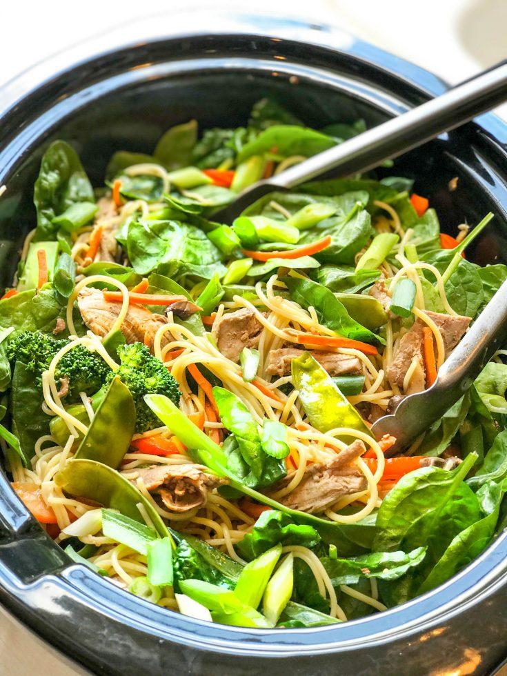Fácil y saludable olla de cocción lenta Lo Mein con verduras