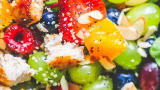 Ensalada de pollo y frutas con aderezo de semillas de amapola