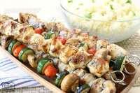 Sencilla receta de Souvlaki de pollo griego a la parrilla y servida con arroz de limón griego. Cena perfecta entre semana y noche para cualquier persona que adore los sabores frescos y brillantes de la comida griega.