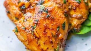 Muslos de pollo ennegrecidos con salsa de mantequilla de ajo