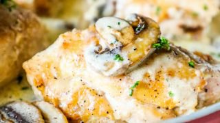 Receta cremosa de muslos de pollo con ajo y champiñones