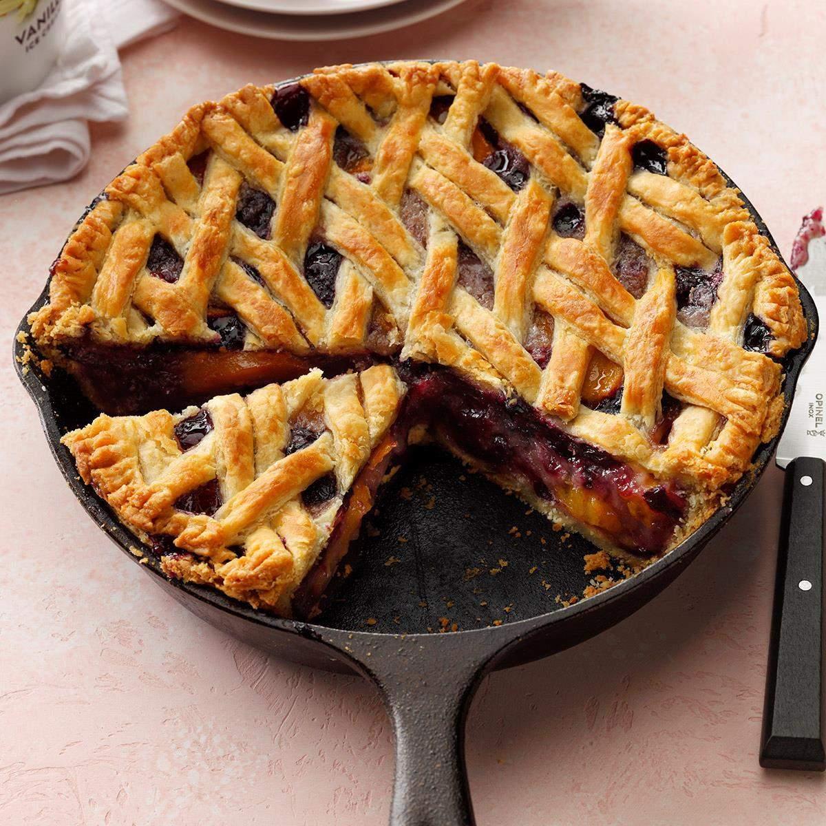 Receta de pastel de durazno con cereza y bayas de hierro fundido