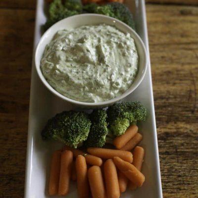 Un plato de salsa de diosa verde y verduras frescas