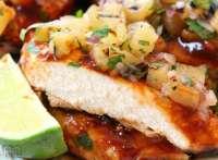 El pollo a la parrilla a la parrilla con salsa de piña se prepara sofocando el pollo a la parrilla con una salsa de barbacoa espesa y sabrosa, y luego se cubre con una deliciosa salsa de piña. Perfecto para cenas entre semana o reuniones de fin de semana, la salsa de piña se combina perfectamente con el pollo asado a la parrilla.