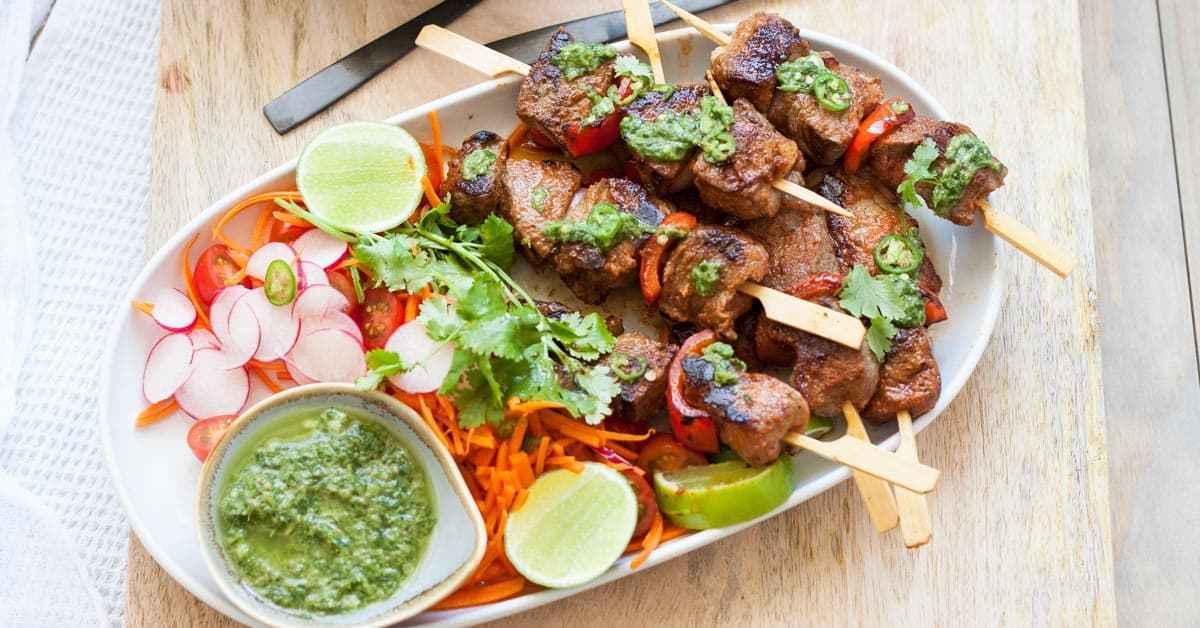 Receta de carne de res Shish Kebab (con Mojo Verde)