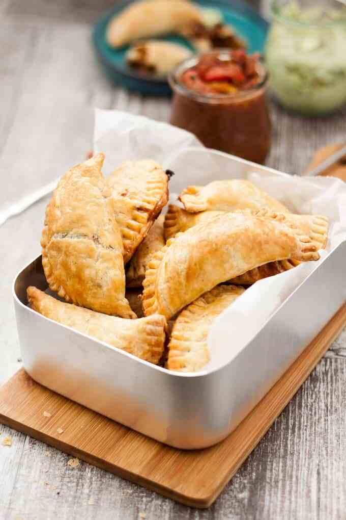 Empanadas de cerdo picadas al horno picadas (con salsa de crema de aguacate y salsa de tomate asado grueso)